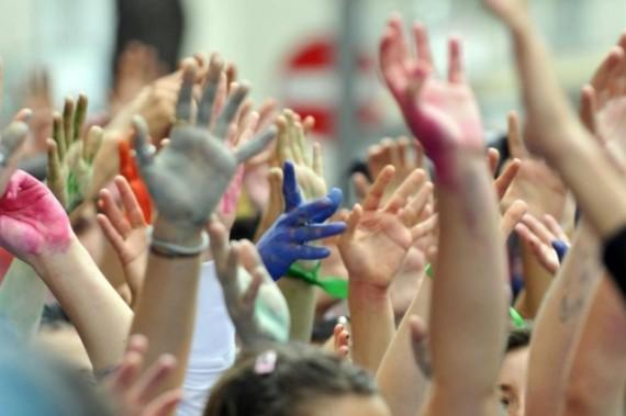 giovani mani colorate