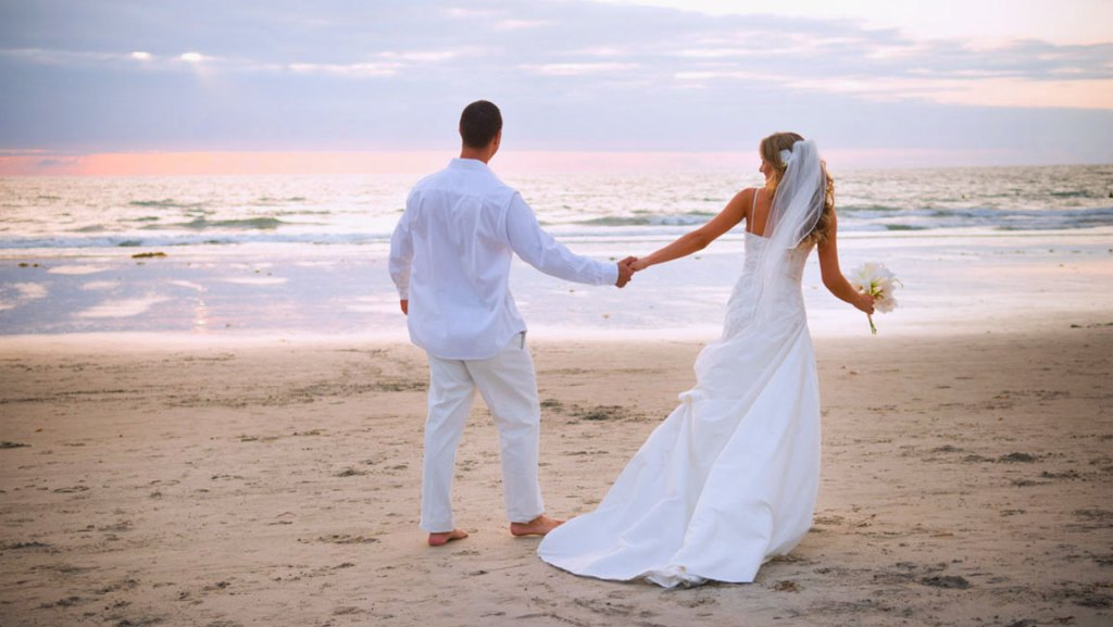 sposi-luna-di-miele-spiaggia-nozze
